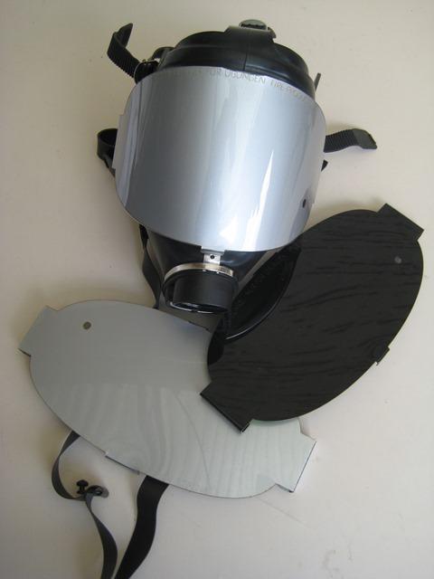 Über die Atemschutzmasken werden die Blenden gespannt.
